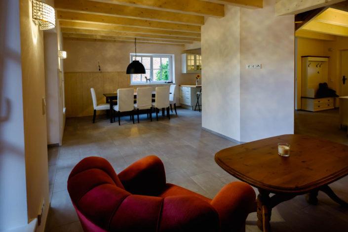 Eine große Wohnküche im Erdgeschoss mit großem überdachtem Freisitz
